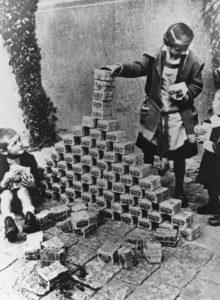 I giochi dei bambini con pacchi di soldi veri